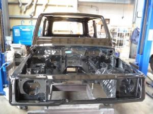 ガラスや外装パーツはもちろん、エンジンもミッションもフレームも分離して車体だけの状態で復元作業を行います