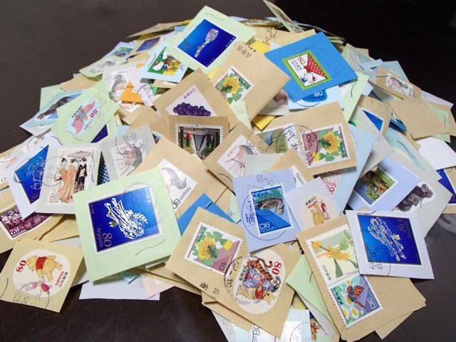 使用済み切手は集めて郵便局に持参し「手紙を書こう!プロジェクト」の事業のために役立てていただきます